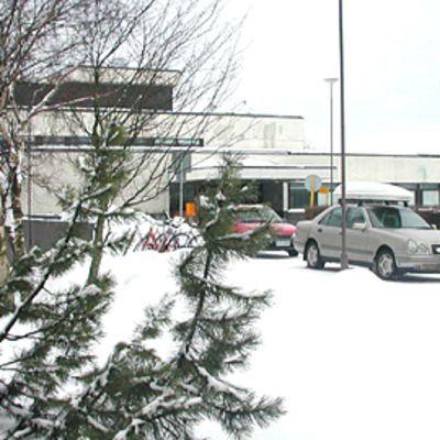 Kuvassa keskussairaalan pääsisäänkäynti, vasemmassa reunassa Evald Vainion patsas.