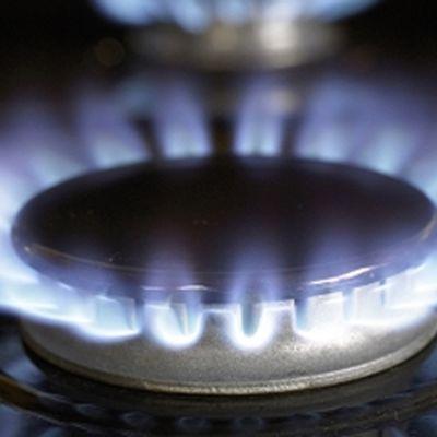 Kaasu palaa sinisellä liekillä hellassa.