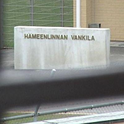 Vankilan piha ristikkoikkunan takaa