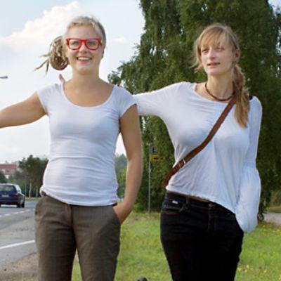 Liftarit Paula Järvinen ja Titi Honkanen.