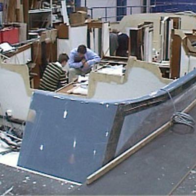 Kaksi miestä tekemässä venettä Nautorilla.