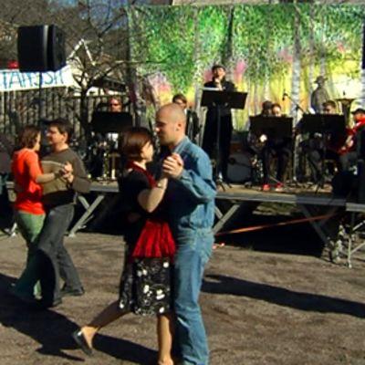 Vallilassa Helsingissä vietettiin vapputansseja Vallilan tango -orkesterin viemänä.