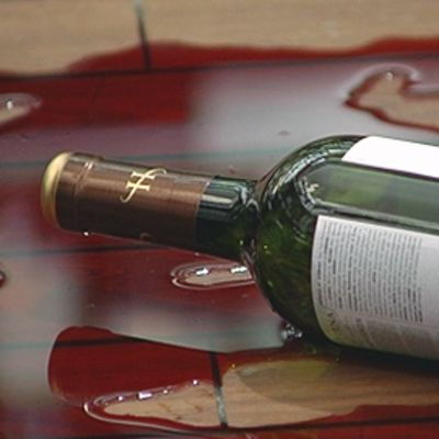 Viinipullo ja viiniä lattialla.