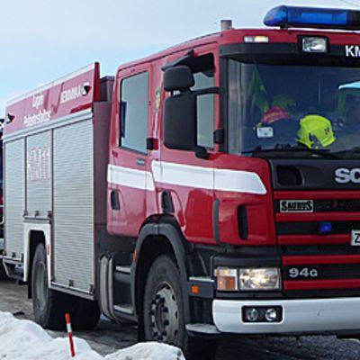 Lapin pelastuslaitoksen paloautot hälytysajossa.