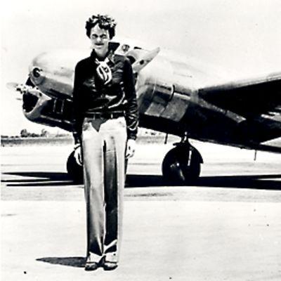 Amelia Earhart Lockheed Electra -koneensa edustalla
