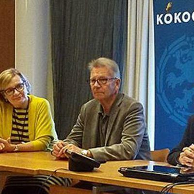 Kuvassa  Paula Risikko, Bjarne Kallis ja  Ben Zyskowicz