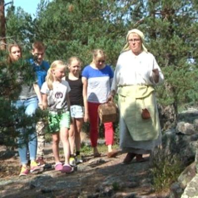 Sammalahdenmäen kalliolla käveleviä ihmisiä