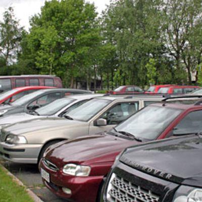 Autoja parkissa