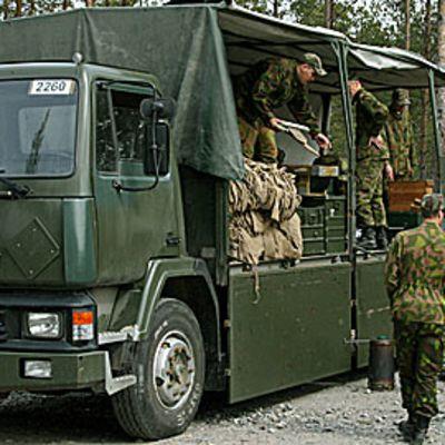 Kuvassa armeijan kuljetuskalustoa.