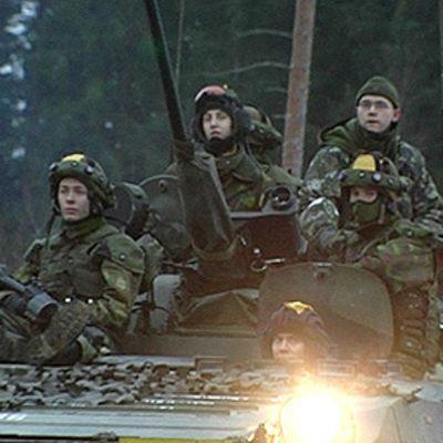 Sotilaita panssarivaunun kyydissä