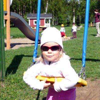 Emilia Karasti MLL:n Tornion perheleikkipuistossa.