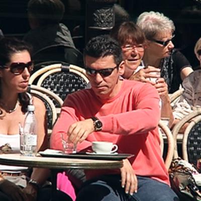 Asiakkaista istuu kahvila Strindbergin terassilla Helsingissä.