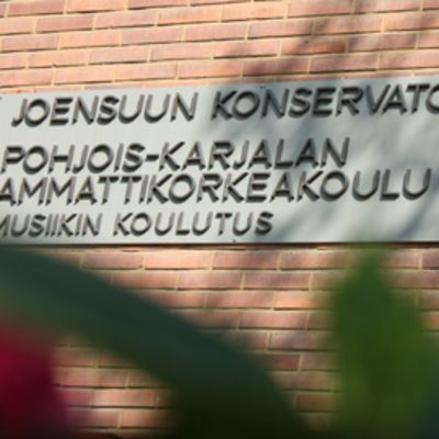 Joensuun konservatorion kyltti rakennuksen seinässä.