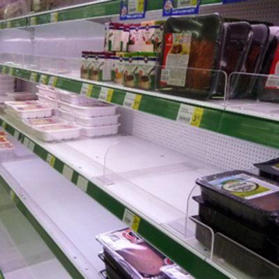 Pakattua lihaa kaupan hyllyillä