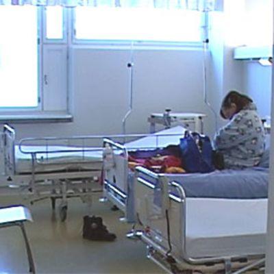 Potilas sairaalahuoneessa Oulun yliopistollisessa sairaalassa.