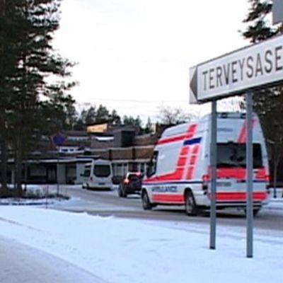 Ambulanssi ajaa Joensuun Siilaisen terveysasemalle.