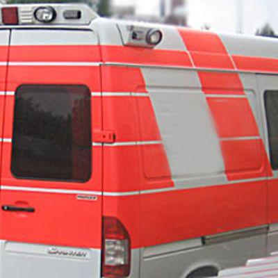 Ambulanssi seisoo ovet kiinni