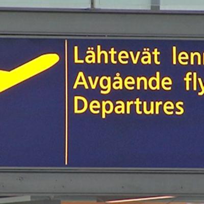 Kyltti Helsinki-Vantaan lentoasemalla, jossa nousevan lentokoneen symboli sekä teksti Lähtevät lennot suomeksi, ruotsiksi ja englanniksi.