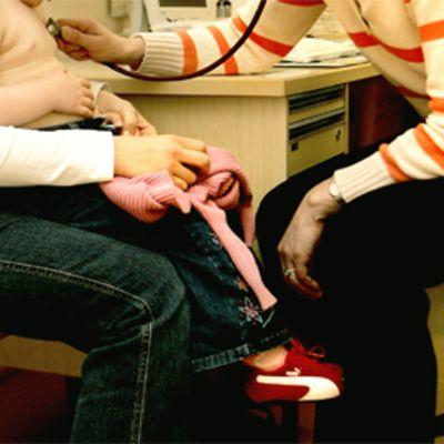 Lapsi lääkärin vastaanotolla