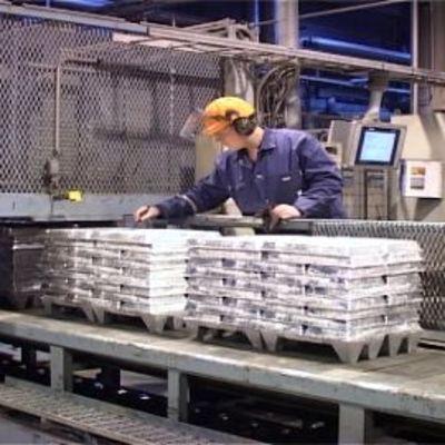 Kuvassa Bolidenin työntekijä tarkkailee hihnaa, jolla kulke sinkkiharkkoja