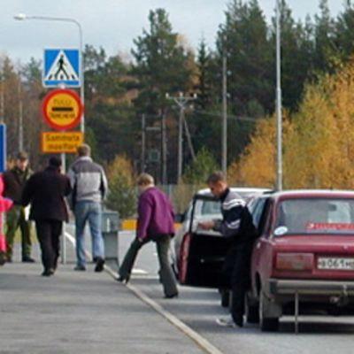 Venäläisiä turisteja menossa Suomen tulliin Niiralan raja-asemalla.
