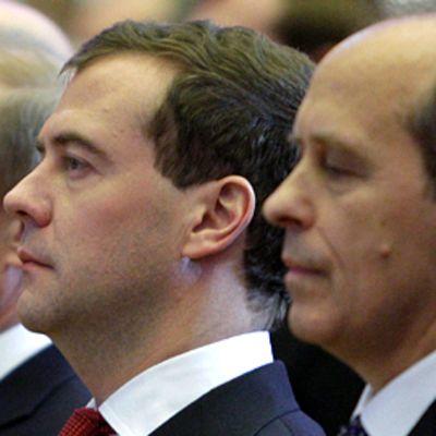 FSB:n johtaja Alexander Bortnikov (oik.) seisoi rintarinnan presidentti Medvedevin ja pääministeri Putinin kanssa turvallisuuspalvelun juhlatilaisuudessa joulukuussa 2009.