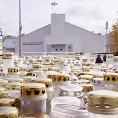 Muistokynttilöitä maassa Kauhajoen palvelualojen oppilaitoksen edustalla.