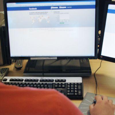 Mies käyttää Facebookia