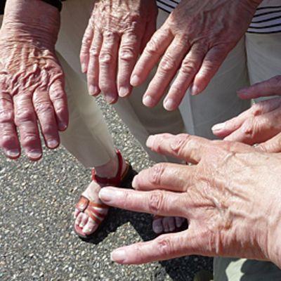 Ikääntyneitä käsiä.