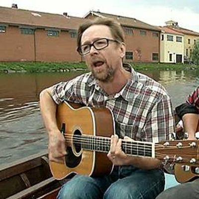 Katz ja Pentti Amore laulavat kirkkoveneessä