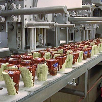 Ingmanin jäätelöitä valmistetaan tehtaassa.