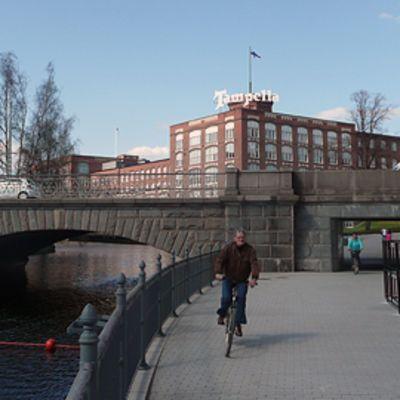 Polkupyöräilijä Tammerkosken patosillalla.