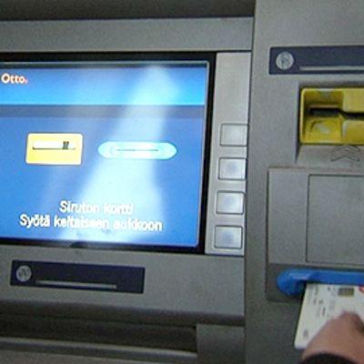 Pankkiautomaatilla