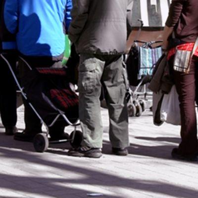 Ihmiset jonottavat ruoka-apua Helsingissä.