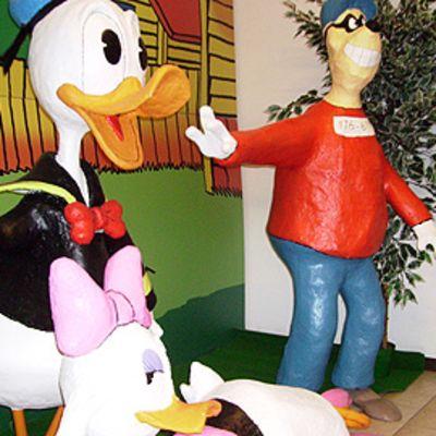 Ankkalinnan hahmot viihtyvät Kemin sarjakuvakeskuksen uusissa tiloissa.