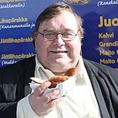 Herkku Hernesniemi syö Kuumaakoiraa