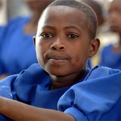 Afrikkalaisia koululaisia koulupuvuissaan