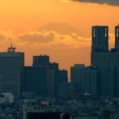 Shinjukun kaupunginosa Tokiossa auringonlaskun aikaan. Taustalla Fuji vuori.