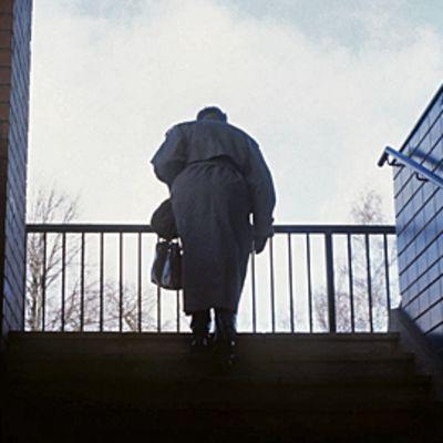 Vanhus kiipeää rappuja ylös