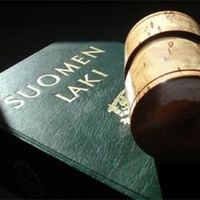 Suomen lakikirja ja tuomarin nuija.