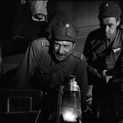 Reino Tolvanen alikersantti Rokkana ja Kale Teuronen sotamies Suden roolissa ilmoittautuvat luutnantti Lammiolle Edvin Laineen versiossa Tuntemattomasta sotilaasta.
