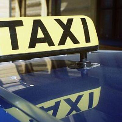 Taksimerkki taksin katolla.