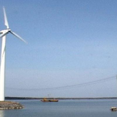 Tuulivoimala meren rannassa.
