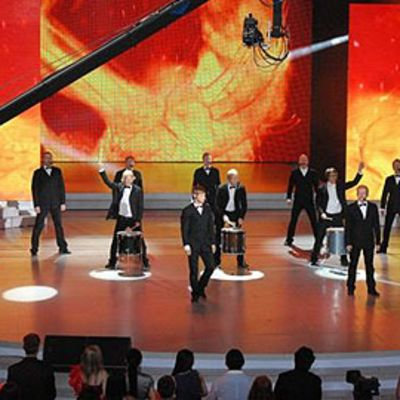 Seminaarinmäen Mieslaulajat esiintyvät Kiinan televisiossa.