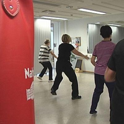 Naiset aerobic-tunnilla terveysliikuntakeskus Seniori Centerissä.