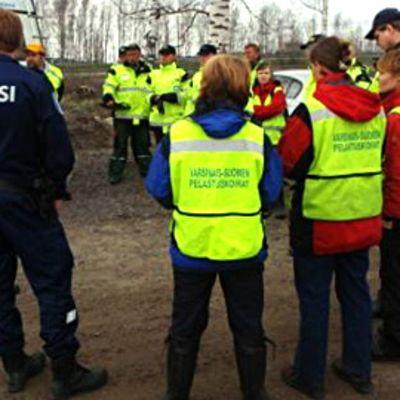 Poliisi ohjeistaa vapaaehtoisia etsijöitä.