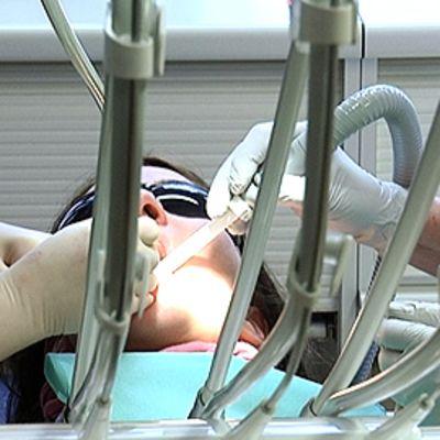 Hammaslääkäri hoitaa potilasta.