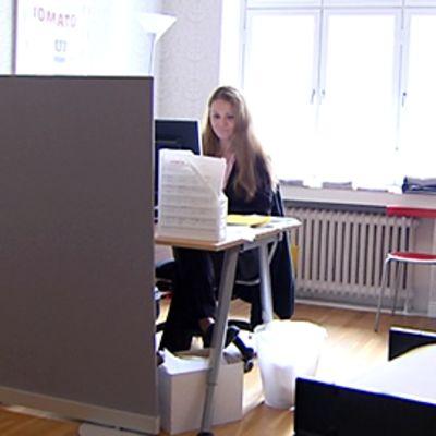 Nainen työskentelee toimistossa.
