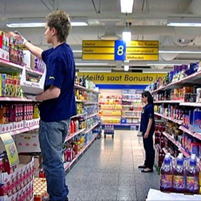 Kesätyöntekijä täyttää hyllyjä S-market Pendoliinossa Tampereella