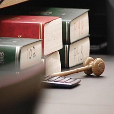 Lakikirjoja pöydällä.